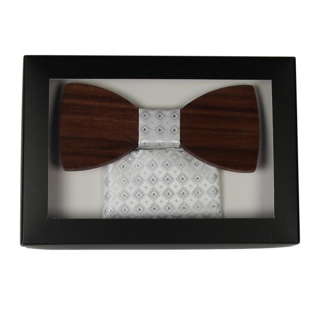 Bílý dřevěný motýlek v krabičce