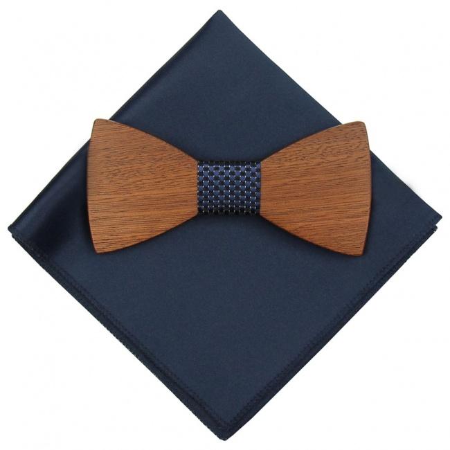 Tmavě modrý dřevěný motýlek s černými kostičkami a kapesníčkem