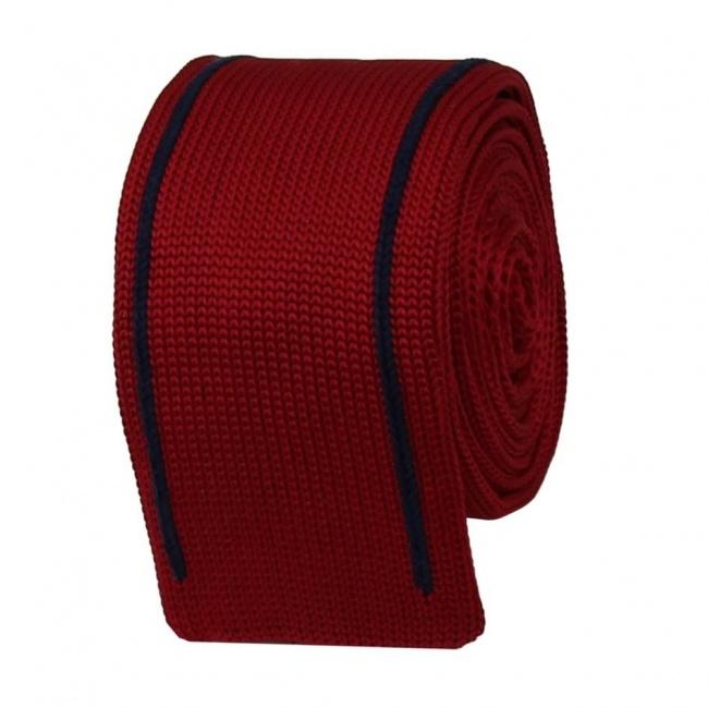 Červená pletená kravata s modrými pruhy