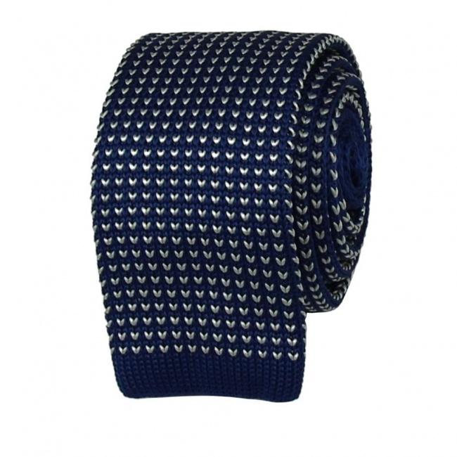 Modrá pletená kravata s bílým vzorem
