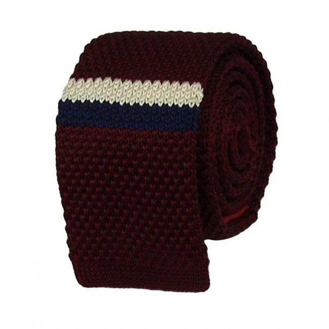 Vínově červená pletená kravata s bílo modrým pruhem