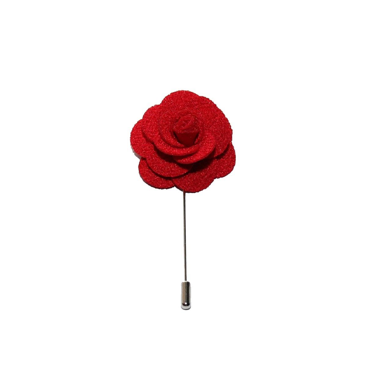 Červená květina do klopy
