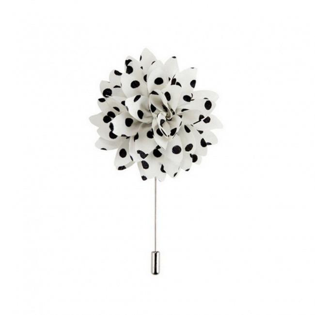 Bílá květina s černými puntíky do klopy